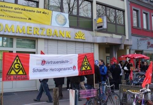 Schaeffler-Kollegen protestieren vor Commerzbank-Filialen