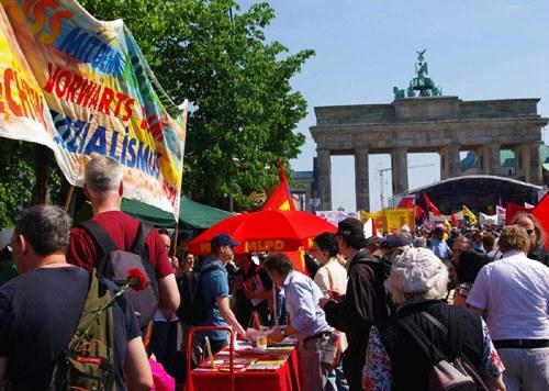 DGB Berlin lässt MLPD-Infostand vor dem Brandenburger Tor polizeilich räumen