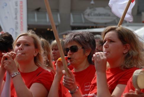 Erzieher-Demo in Wuppertal: Grußwort der MLPD verteilt