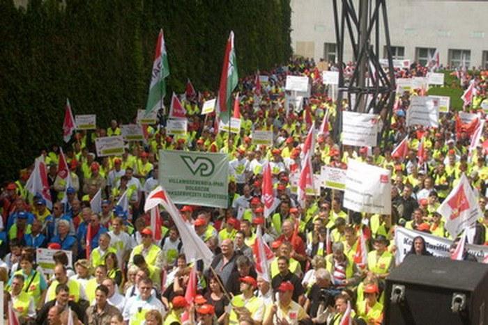 5.500 Kolleginnen und Kollegen lautstark vor der Eon-Zentrale