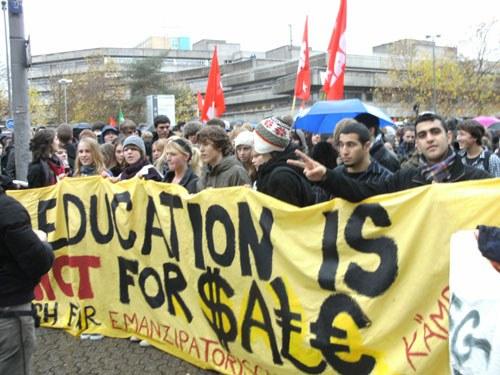 Rebellische Schüler- und Studentenproteste mit zehntausenden Teilnehmern