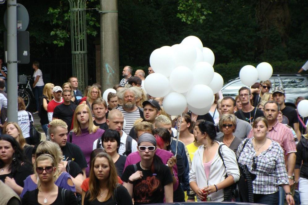 Bewegende von Jugendlichen selbstorganisierte Trauerfeier in Duisburg