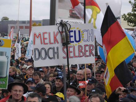 Europas Milchbauern zeigen ihre Power vor dem EU-Parlament