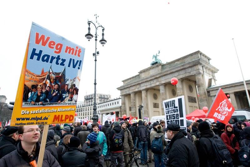 Kämpferische Demonstration gegen Krisen-Programm der Bundesregierung und massive Einschränkung des Versammlungsrechts