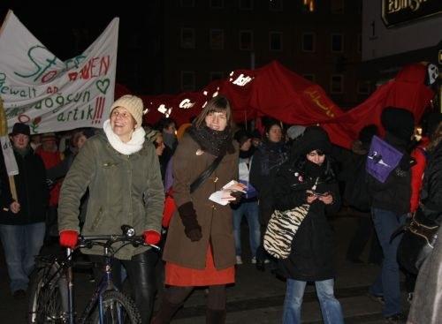 """Trommeln, Fahnen, Schulstunden: """"Gegen Gewalt an Frauen"""""""