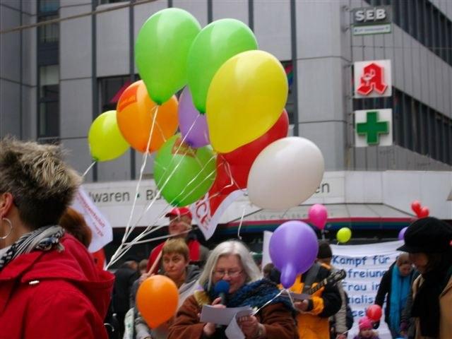 Grüße an die Frauen der Welt - kämpferische Aktionen im Vorfeld des 8. März