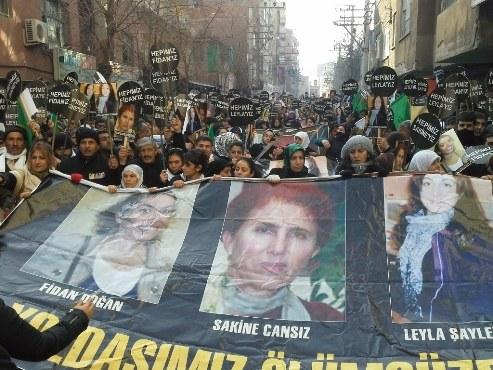 Hundertausende geben ermordeten kurdischen Freiheitskämpferinnen das letzte Geleit