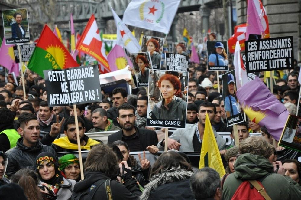 Beeindruckende Trauer- und Protestdemonstration für kurdische Freiheitskämpferinnen in Paris