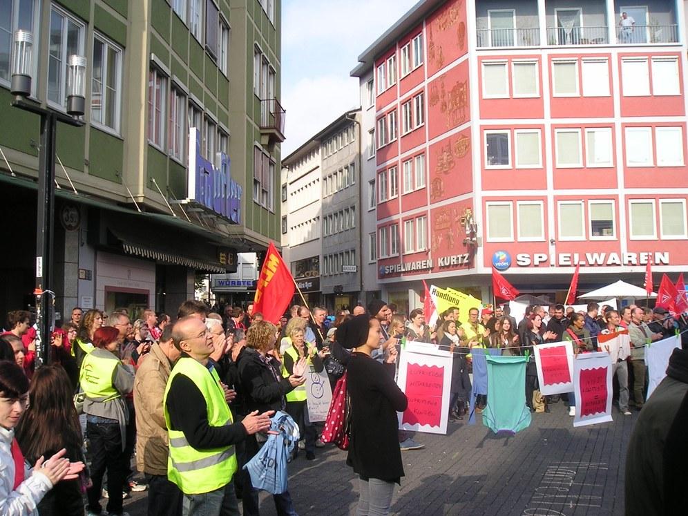Mehrere hundert Demonstranten beim Protest gegen Leiharbeit und für höhere Löhne im Handel