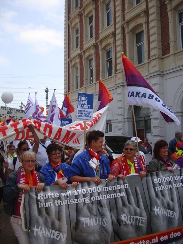 Amsterdam: Kämpferische Demonstration von Pflegerinnen