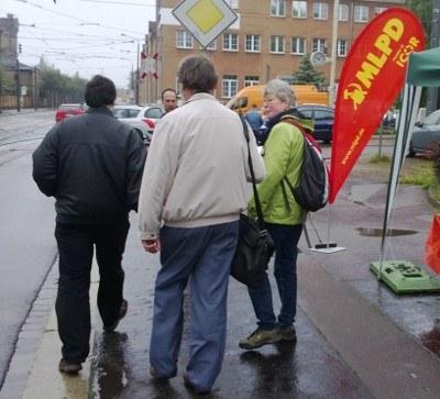 Hallenser unterschreiben für MLPD und sind solidarisch mit Opel Bochum