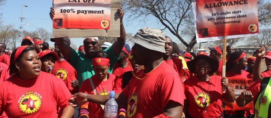 """Automobilarbeiter-Streik in Südafrika geht in die dritte Woche: """"Revolutionäre Lieder vor den Fabriken ..."""""""