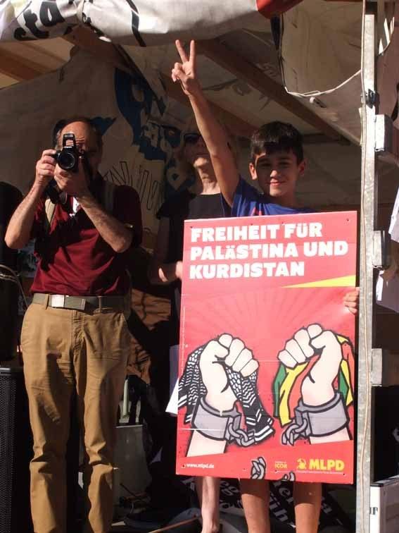 Stellvertretende Parteivorsitzende der MLPD spricht in Berlin auf Solidaritätsdemonstration zu Rojava