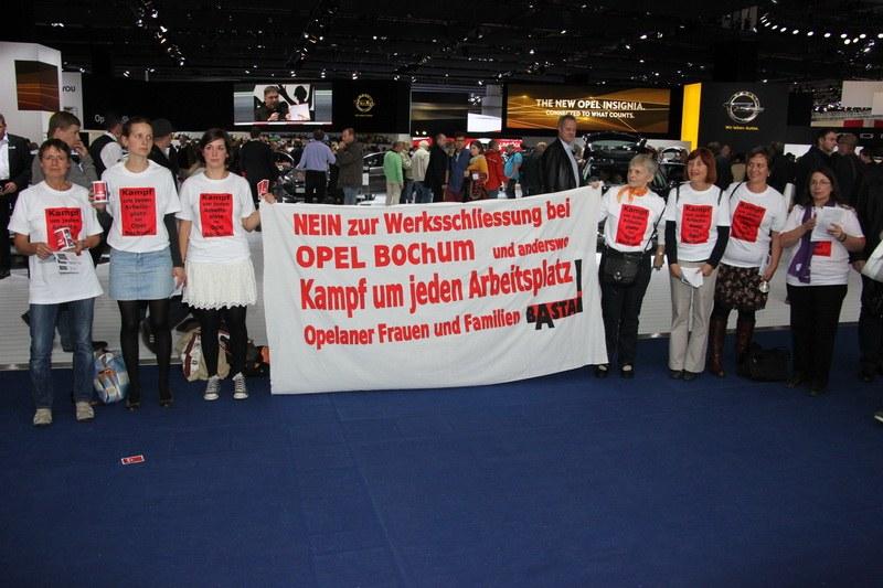 """""""BASTA!""""-Frauen zeigen Flagge auf der Internationalen Automobilaustellung"""