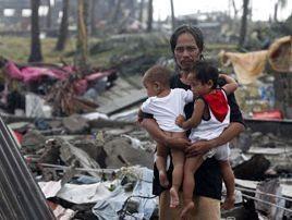 """Philippinen: GABRIELA bringt """"Mutter-Kind""""- und Familien-Pakete in vom Taifun betroffene Gebiete"""