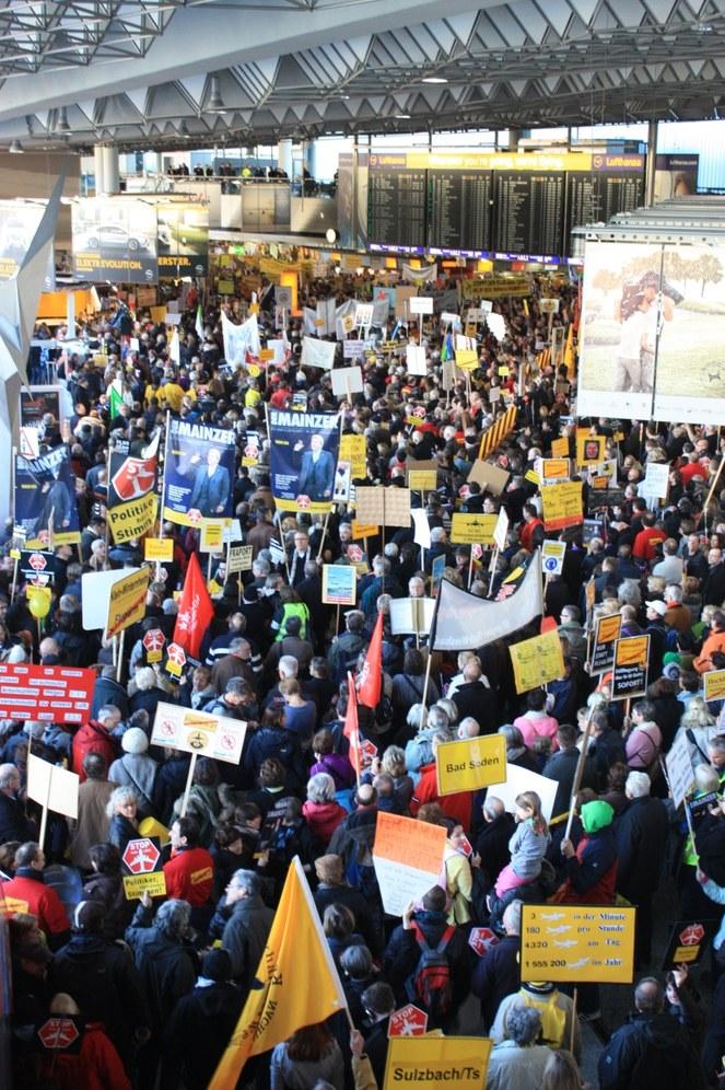 1.500 Beschäftigte legten Rhein-Main-Flughafen lahm