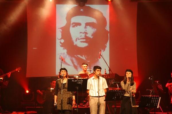 Grup Yorum spielt auf dem Rebellischen Musikfestival