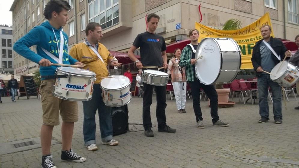 60 Teilnehmer/-innen feiern 10 Jahre Montagsdemo in Leipzig