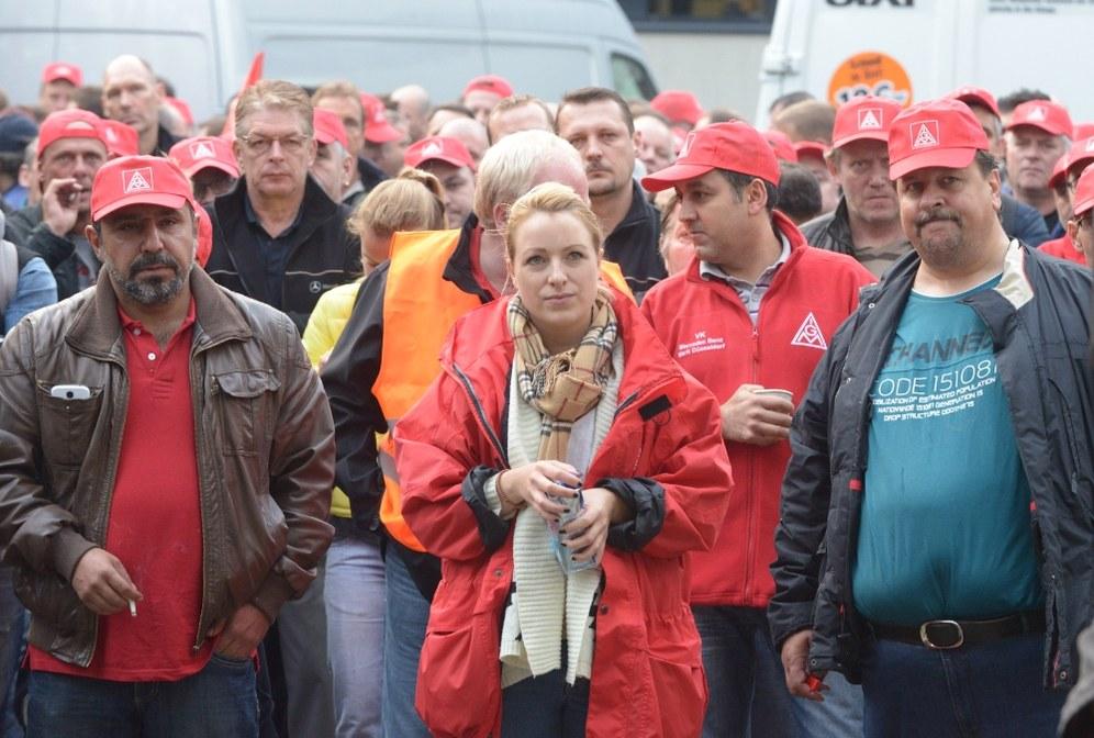 Frühschicht setzt den Streik bei Daimler Düsseldorf fort - selbständige Demo und Straßenblockade