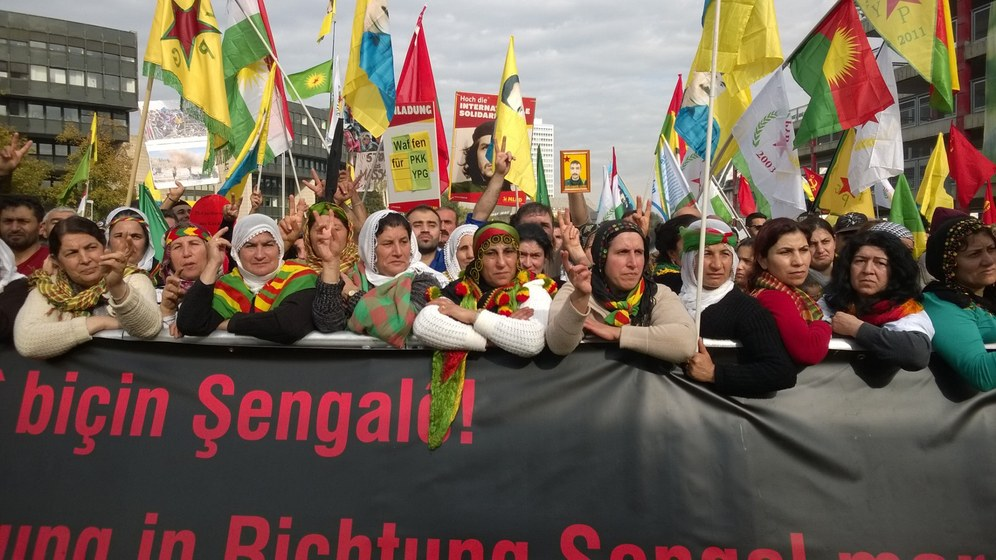 Machtvolle Demonstration zur Solidarität mit Kobanê zieht durch Düsseldorf