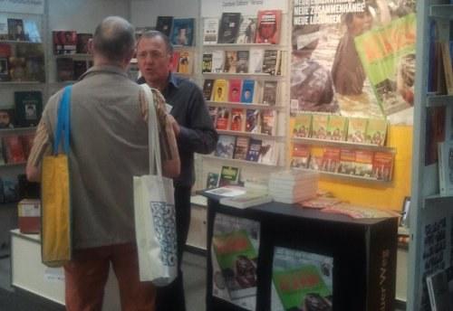 """Tiefgehendes Interesse am Buch """"Katastrophenalarm!"""" auf Frankfurter Buchmesse"""