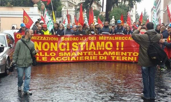 Schlagstöcke gegen streikende Stahlarbeiter von Thyssen-Krupp in Italien - länderübergreifende Solidarität entwickelt sich