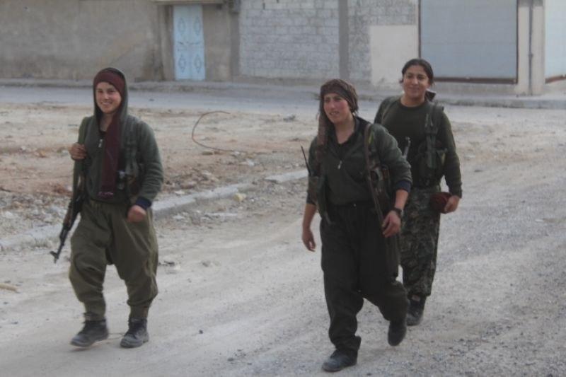 Ein Tag in den Stellungen der YPJ-Kämpferinnen