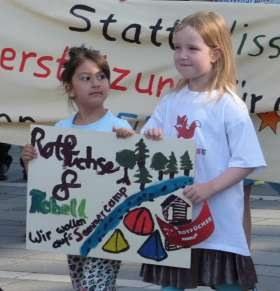 Protest für Zuschüsse für die Teilnahme an dem Sommercamp des REBELL