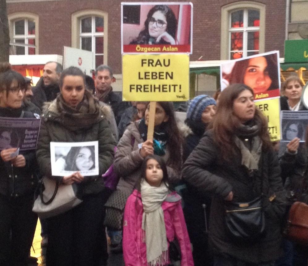 Duisburg: Mahnwache zum Mord an Özgecan Aslan
