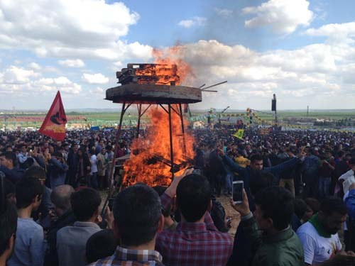 """Die """"Internationale"""" auf der Newroz-Feier am 17. März in Suruc"""