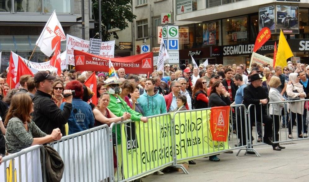 Mehr als 5.000 in Stuttgart auf der Straße gegen Pegida