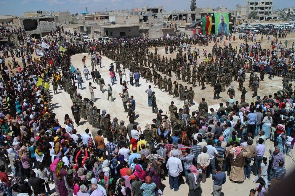 Siegesparade in Kobanê nach Vereinigung der beiden Kantone