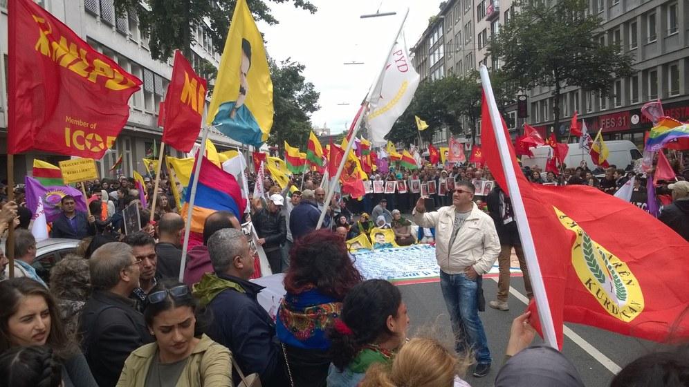 Demonstration in Düsseldorf: Trauer um die Opfer, Wut über feigen IS-Anschlag und Protest gegen türkische Regierung