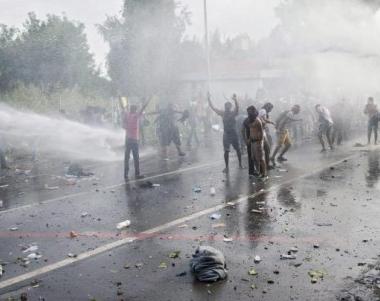 Flüchtlinge rebellieren an Ungarns Grenze