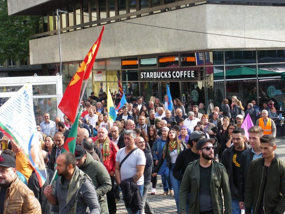 """Wuppertal/Reutlingen: Demonstranten fordern: """"Schluss mit den Massakern an Kurdinnen und Kurden!"""""""