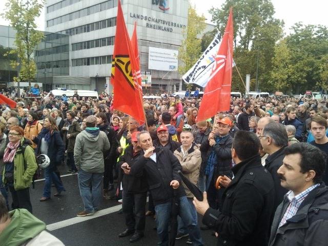 """Köln: """"Die Flüchtlingsheime schützt ihr nicht, aber die Brandstifter!"""""""
