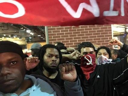Rote Fahnen bei Protesten gegen Trump in Kansas City