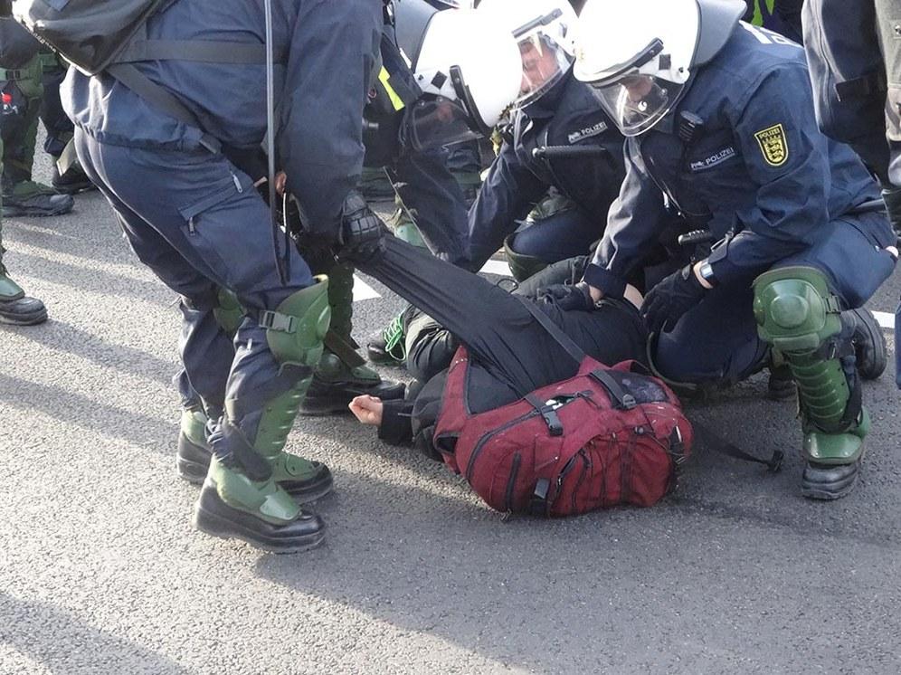 Polizeigewalt gegen Antifaschisten zum Schutz der AfD