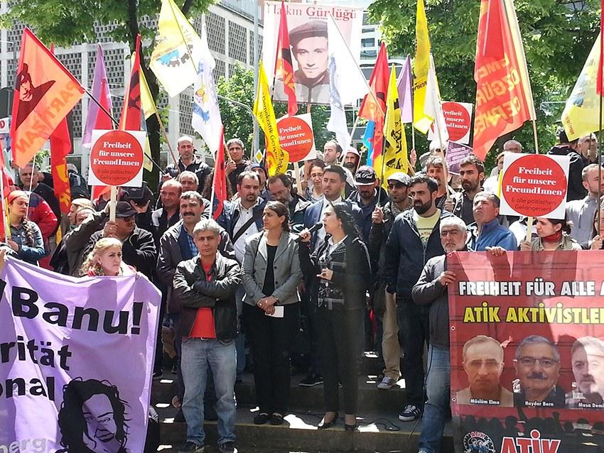 München: Die Angeklagten im §129-Prozess kommen kämpferisch und optimistisch in den Gerichtssaal