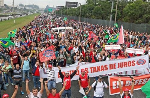 Daimler will Arbeitsplätze in Brasilien vernichten – Gewerkschaft droht mit Streik