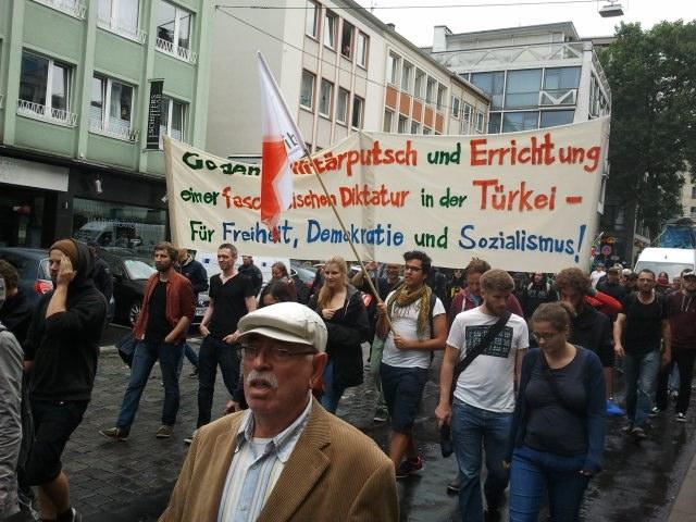 Köln: Demagogie und Volksverhetzung beim AKP-Aufmarsch - Antifaschisten zeigen Flagge