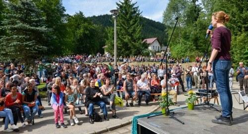 """Richtfest zum """"Haus der Solidarität"""" und Waldfest in Truckenthal - optimistisch, kämpferisch und kulturvoll im Zeichen der Verbrüderung"""