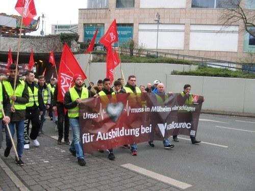 Auszubildende demonstrieren für den Erhalt der Lehrwerkstatt von Vallourec
