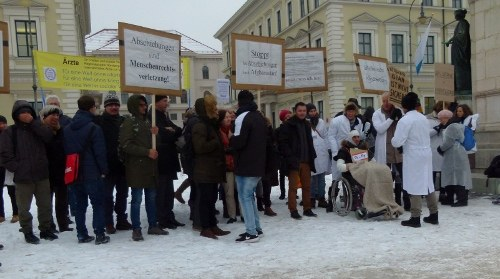München: Ärzteprotest gegen Abschiebung vor dem bayerischen Innenministerium