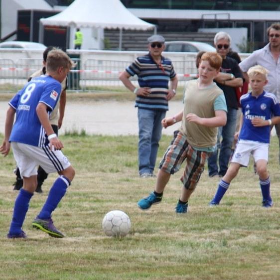 Kämpferische Ballszenen beim Fußballturnier