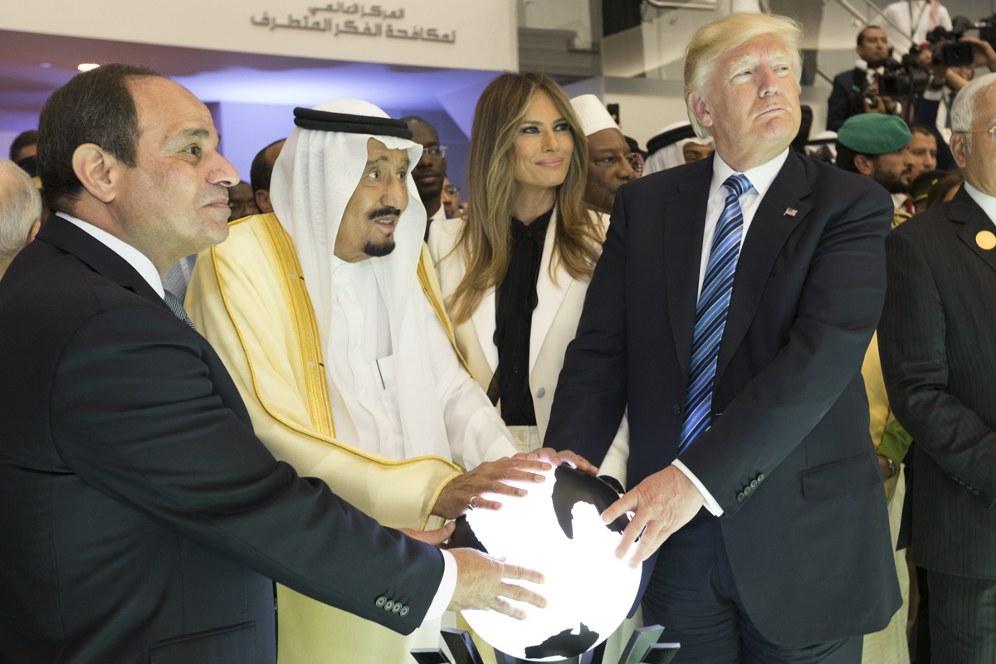 Der nicht minder reaktionäre König von Saudi-Arabien, Salman ibn Abd al-Aziz Al Saud (Mitte), mit US-Präsident Donald Trump (rechts) und dem ägyptischen Präsidenten Abdel Fattah Al Sisi (links) (foto: gemeinfrei)