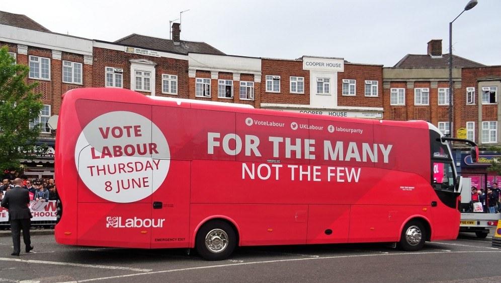 Bus mit Wahlwerbung von Labour während des Wahlkampfs (rf-foto)