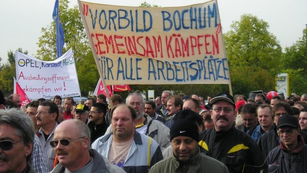 Rüsselsheimer Opelaner demonstrieren während des siebentägigen selbständigen Streiks in Bochum im Oktober 2004 (rf-foto)