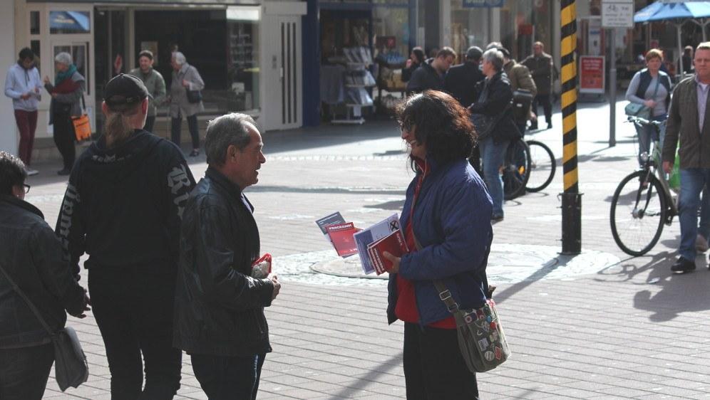 Straßenwahlkampf der MLPD zur Landtagswahl 2017 in NRW (rf-foto)