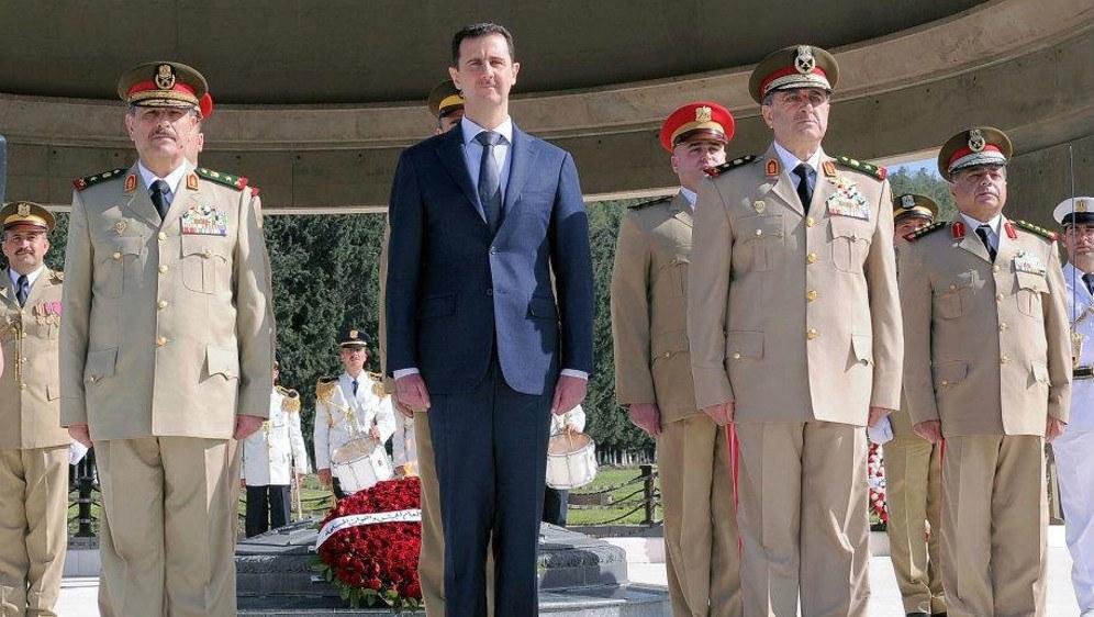 Syriens Diktator Baschar al-Assad mit seiner Militärführung (foto: Syrianist (CC BY-SA 3.0) nicht portiert)